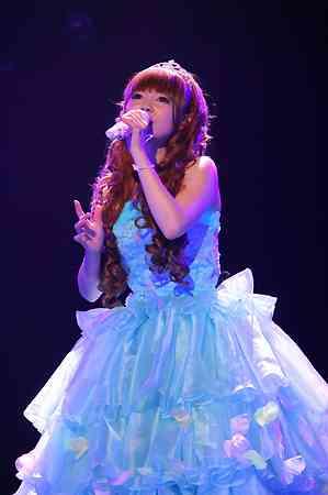 水色のドレスを着た中川翔子