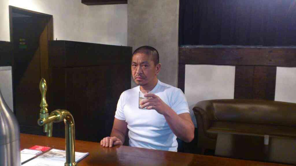 松本人志の日焼け肌に白いTシャツ