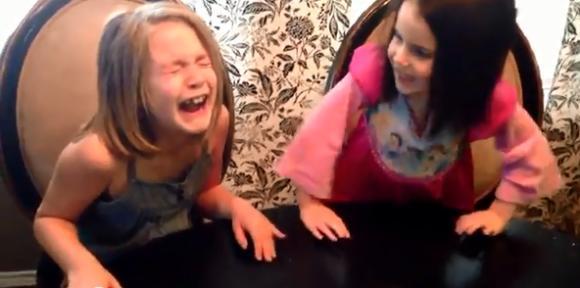 【感動】ママのお腹に赤ちゃんがいると教えられた姉妹の反応が激カワイイ! | ロケットニュース24