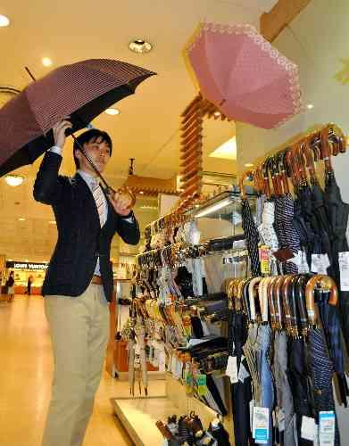朝日新聞デジタル:「日傘男子」広まるか この夏、品ぞろえ倍増の百貨店も - 社会