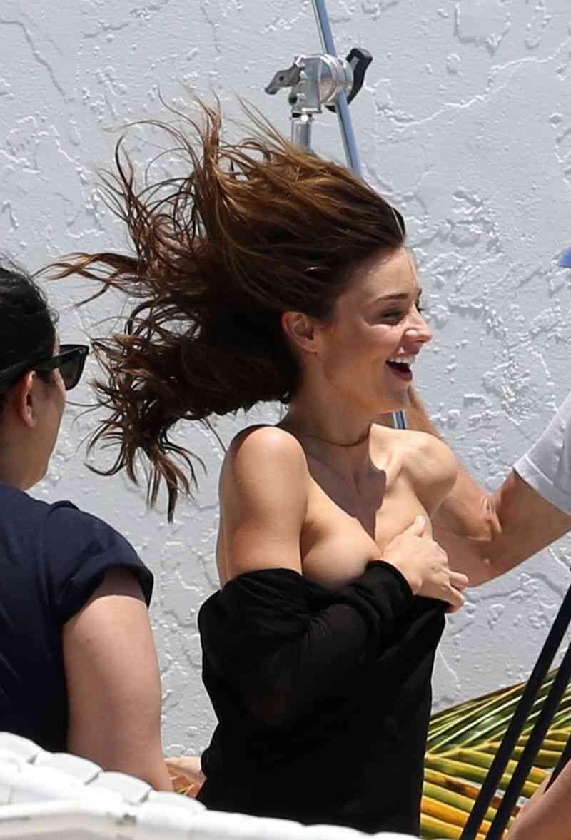ミランダ・カーが撮影中に服がずれ落ちおっぱいがポロリしてしまう