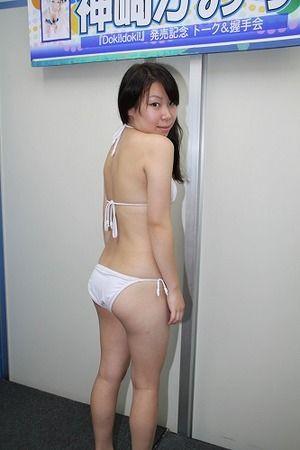 神崎かおりさんが子供時代の写真を公開。既にあのポーズwww