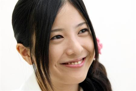 1つに髪をまとめている吉高由里子さん