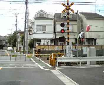 踏切でタクシーと電車接触 元「シブがき隊」の布川敏和さんらが軽傷