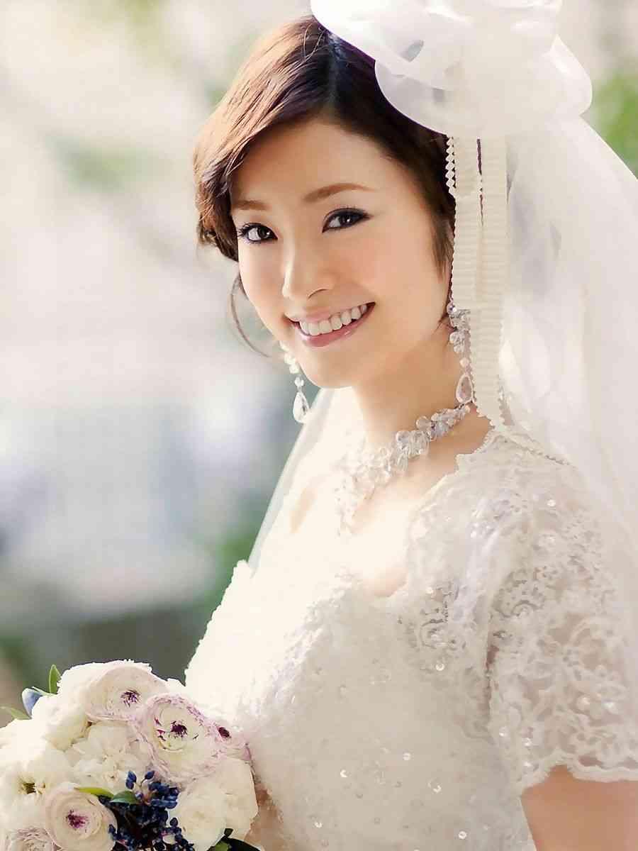 ウエディングを着る純白の上戸彩