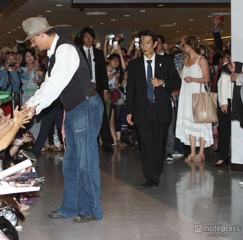 ジョニー・デップ、恋人&子連れで来日!ファン1200人が歓迎