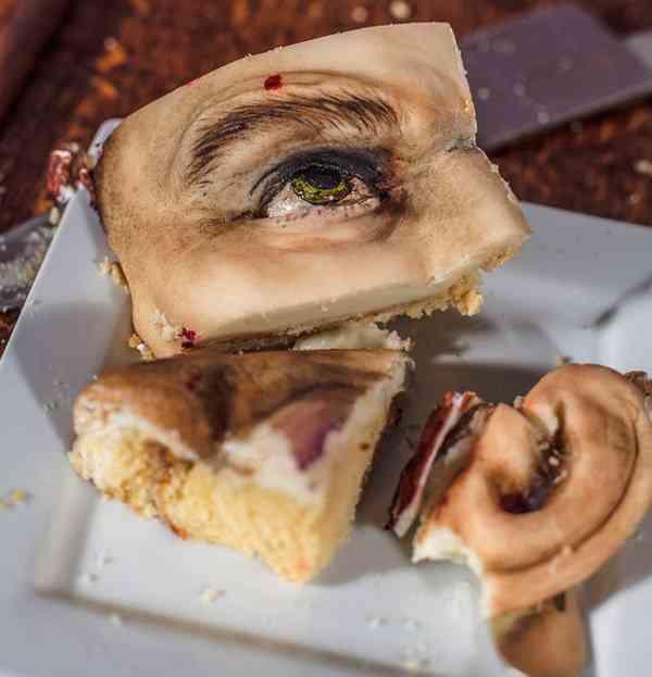 【閲覧注意】悪趣味にもほどがある…実物大人間型のケーキが気色悪すぎる!