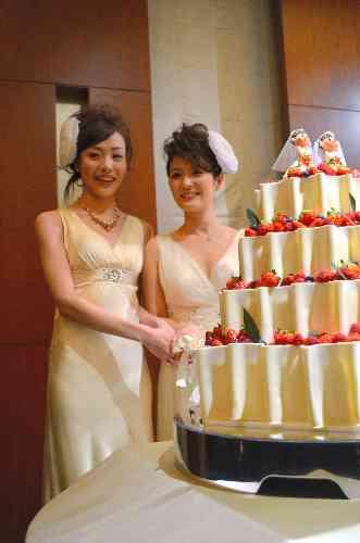 女性同士、ドレス姿で結婚式 ディズニーシーで夢かなう