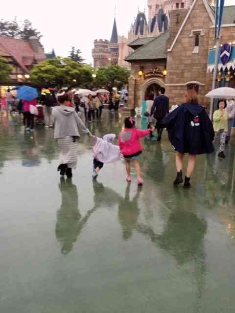 辻希美が生後2ヵ月の赤ちゃんを雨の中のディズニーに連れて行く非常識ぶりで炎上