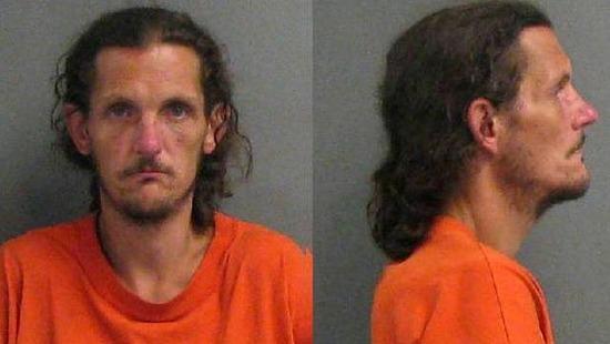 子供たちの前で、ビニールフロートと素っ裸でセックスしていた男が逮捕される
