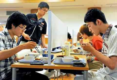 京都大学の食堂に出来た「ぼっち席」。皆さんはどう思いますか?