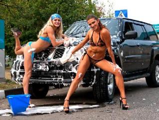 スクール水着を着用した女性が洗車してくれるサービススタート!