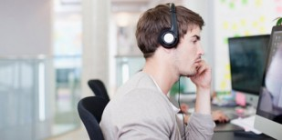 音楽を聴きながらの仕事は生産性低下に繋がるか? →仕事内容と音楽の種類によると判明 - IRORIO(イロリオ)