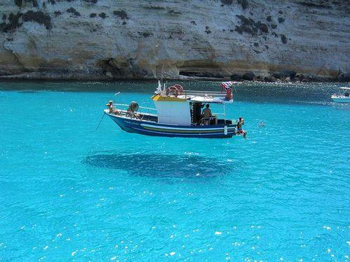 あまりの透明度に船が浮いて見える…イタリアの楽園「ランペドゥーザ島」の絶景をご覧ください