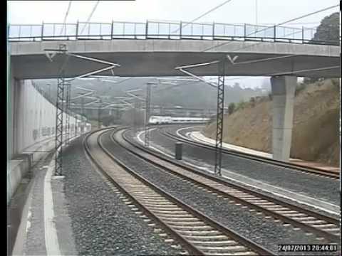 スペイン 列車事故 脱線時の映像 - YouTube
