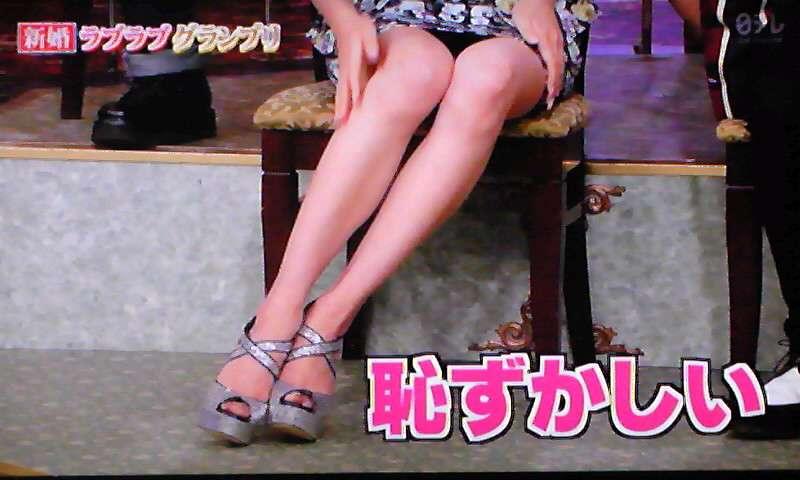 山岸舞彩、ミニスカで自慢の美脚を「どうぞ見て下さい」