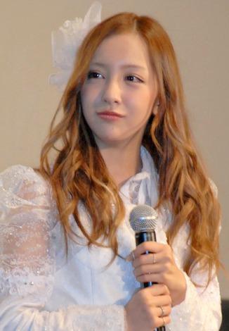 AKB48板野友美、最後の握手会で感激「あんまり得意じゃなかったのに…」