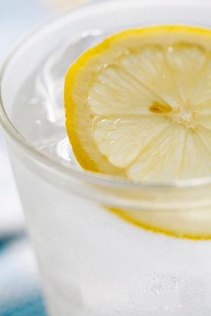 毎朝1杯飲むだけ!レモン水がもたらす6つの効能
