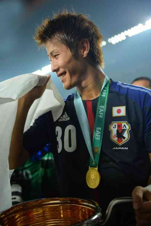 サッカー日韓戦、韓国側応援席に歴史問題の横断幕再び…伊藤博文を暗殺した英雄の肖像画に大きな歓声
