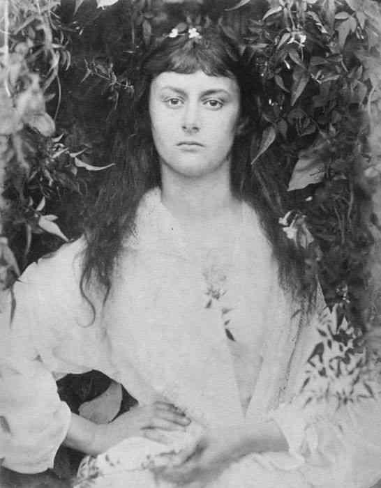 『不思議の国のアリス』のモデルとなった女性、アリス・リデルの少女時代から晩年まで