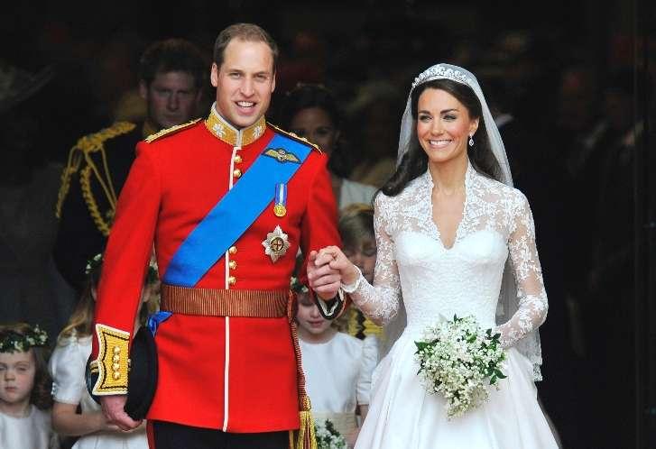 英国・ウィリアム王子、キャサリン妃夫妻、ロイヤルベビーをお披露目