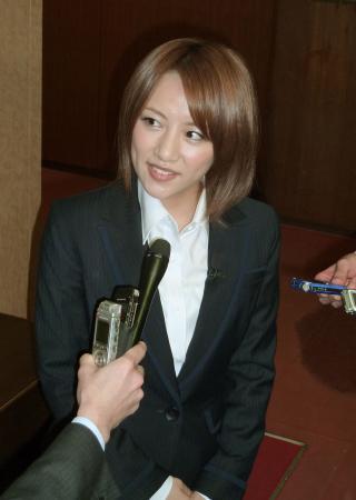 「すべての言葉がぐさっと」AKB48高橋みなみ、自民党の石破茂幹事長とリーダー論を語る