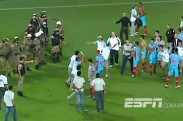サッカー審判がレッドカードにキレた選手を刺殺←観客怒り審判を八つ裂き&さらし首に…