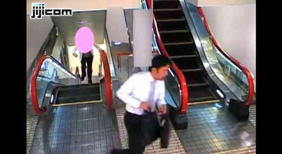 【動画】どこにでも潜むひったくり犯!エスカレーター上でのひったくりの瞬間映像が公開される | ロケットニュース24