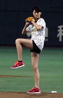 <榮倉奈々>始球式で美脚披露 ノーバン投球に大喜び (まんたんウェブ) - Yahoo!ニュース