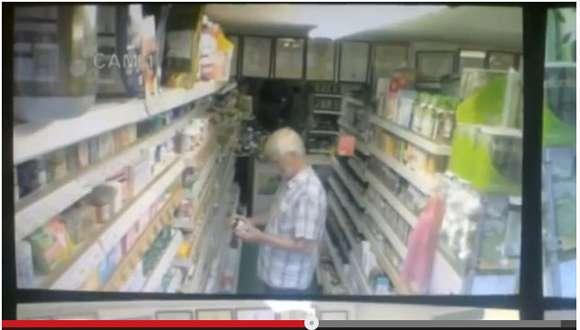 買い物する男性の真後ろでティーバッグが浮遊する怪奇現象発生!幽霊のしわざか!?