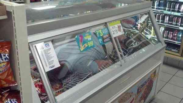 『コンビニ冷蔵庫入ってみた』写真が海外でも流行!第二のマカンコウサッポウ化か?|| ^^ |秒刊SUNDAY