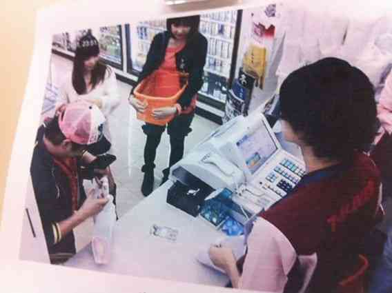 Twitterで「私のバイト先に香川真司がご来店しました」とコンビニの防犯カメラの写真をアップして騒動に