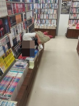 【バカッター】すき家で耳や鼻の穴に箸を突っ込むバカが出現、書店では平積みの本の上に寝転がって読書