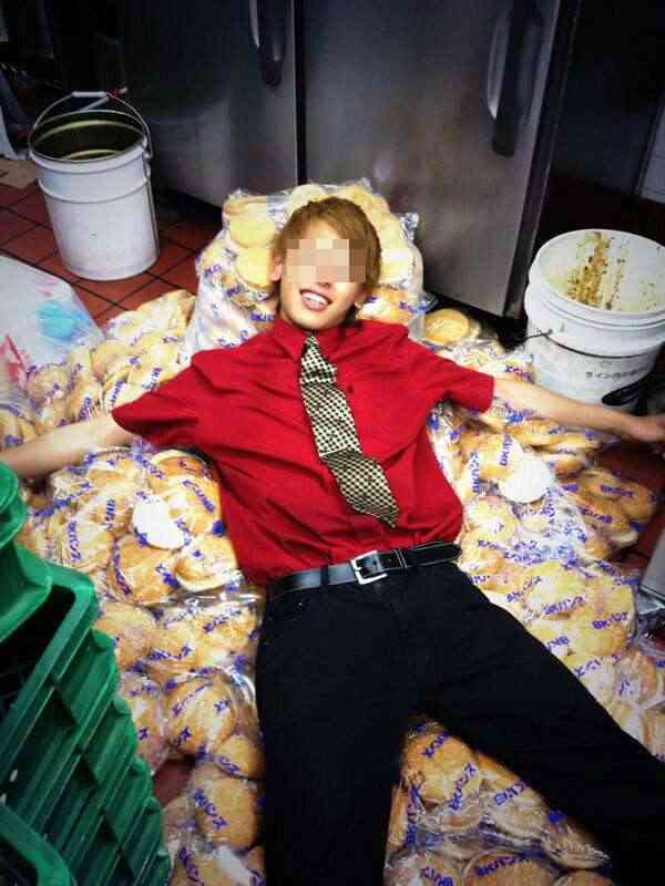 バーガーキング従業員が床に置いたパンの上に寝そべる写真をアップ→公式がお詫び文掲載