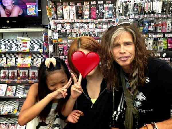 Aerosmithのスティーブン・タイラーが1人でドンキに出没ww