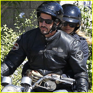 キアヌ・リーブスが痩せて恋人をゲット?バイクの後部座席に謎の美女