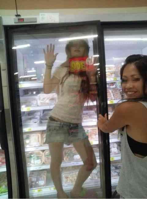 【バカッター】女性が冷蔵庫に入る&パンが置いてある台に乗る