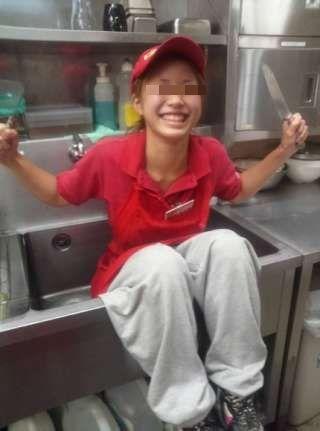 【炎上】ピザーラ店員がシンクや冷蔵庫に入るバイトテロが発生! – あいだ みさのブログ