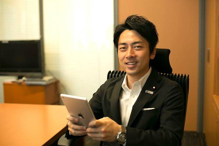 iPadをいじる小泉進次郎