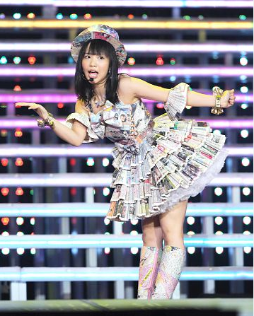 "HKT48指原莉乃、初プロデュース曲お披露目! 終身名誉研究生・SKE48松村香織が""新聞ドレス""で「マツムラブ!」を熱唱"