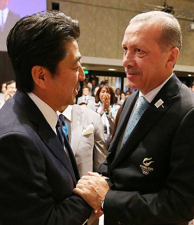 トルコがいい国すぎる!2020年東京五輪開催決定直後、エルドアン首相が安倍首相に駆け寄り抱擁