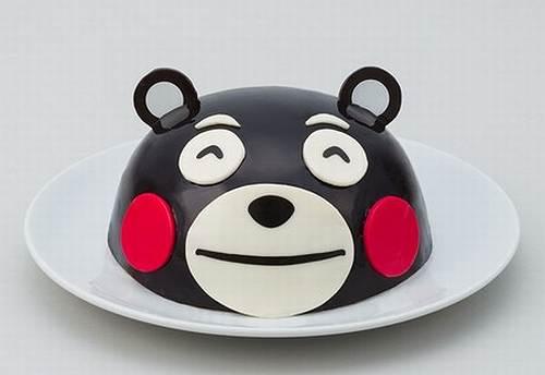 """くまモンの""""顔型""""Xmasケーキ、付属のチョコ顔パーツを貼って完成"""