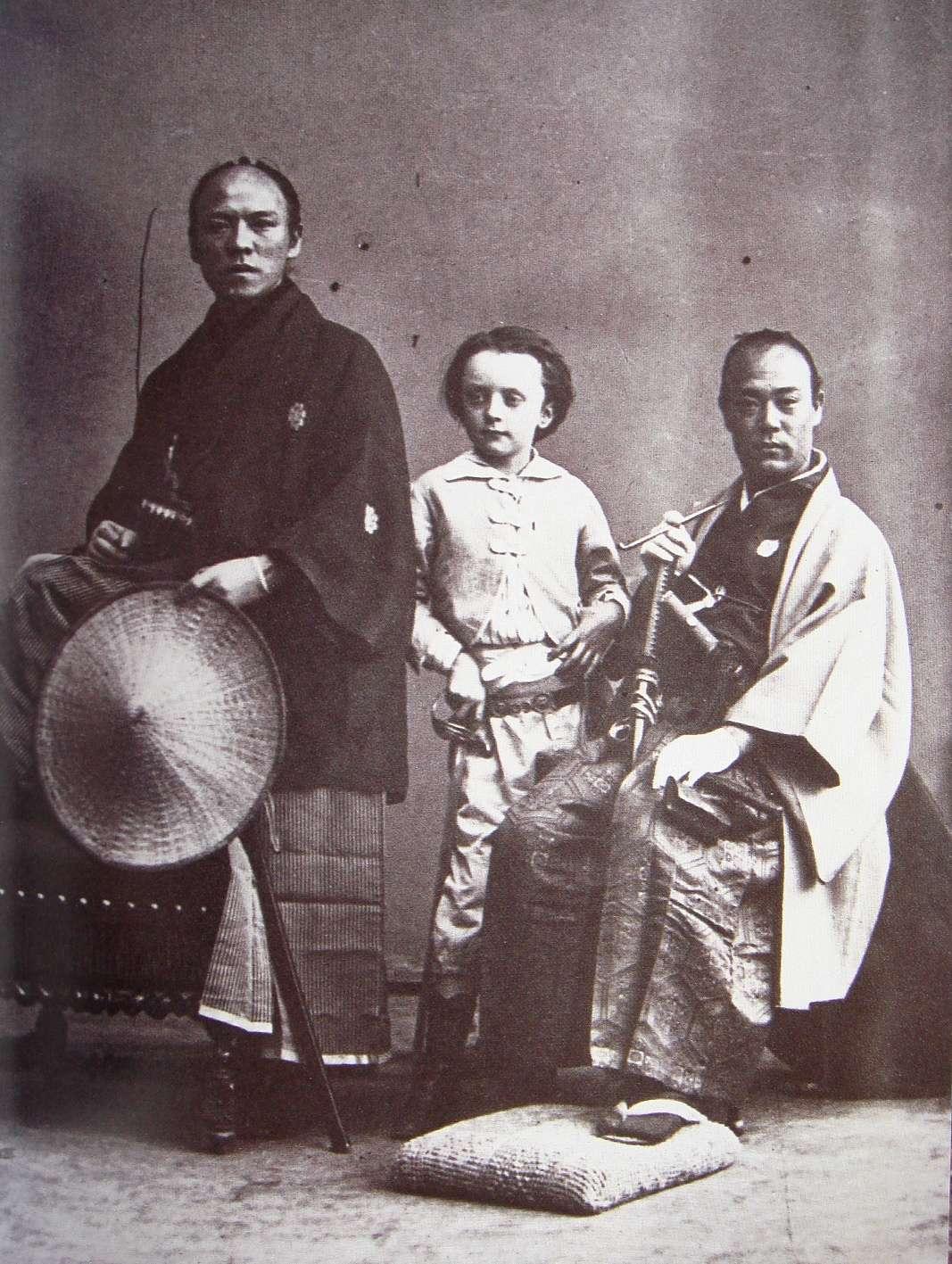 1900年頃に撮られた写真でイギリス兵と日本兵が手繋いでる!→ 実は写真にビビる日本人を落ち着かせる為だった?!