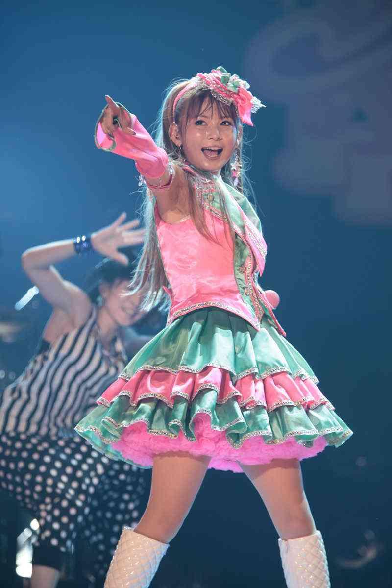 カラフルなヒラヒラの衣装を着てステージで燃える中川翔子
