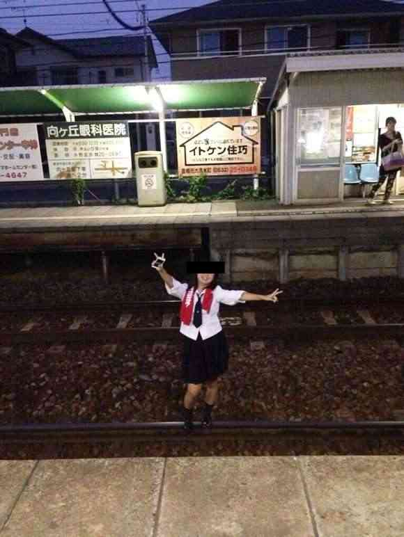 【バカッター】女子高生が線路に侵入して記念撮影→炎上