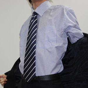 素肌ワイシャツの男性社員に「乳首透けるの嫌」と女性社員がセクハラ訴え
