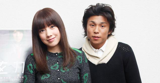 子供を抱く中尾明慶と仲里依紗の画像をご覧ください