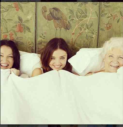 ミランダ・カー、母&祖母との3ショット公開「美しい」と世界中から賞賛