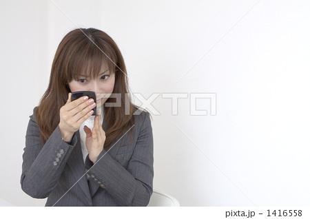 女性が嫌いな女性のしぐさ 「口にゴムをくわえて、髪の毛を縛っていたとき」「アヒル口」