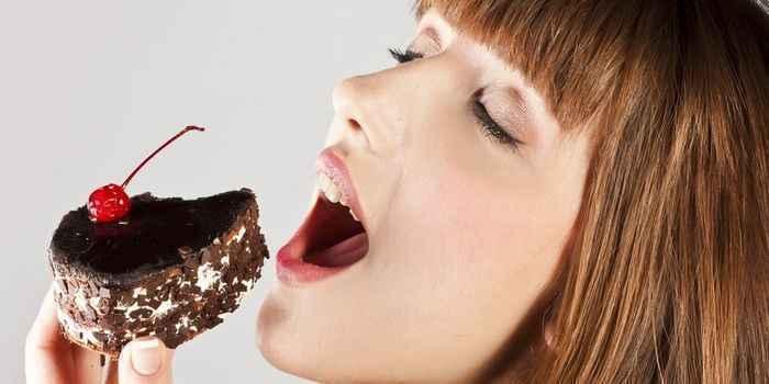 【朗報】おやつを食べて「罪悪感」を感じる人より「幸せ」と感じる人のほうが太りにくいとの調査結果!